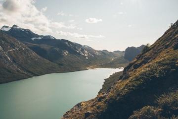 Im Abstieg zur Touristenhütte Gjendbu im Nationalpark Jotunheimen in Norwegen.